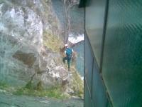 Frankreich: Baumfällung an der Seitenwand eines Wasserkraftwerkes und an einer Felswand